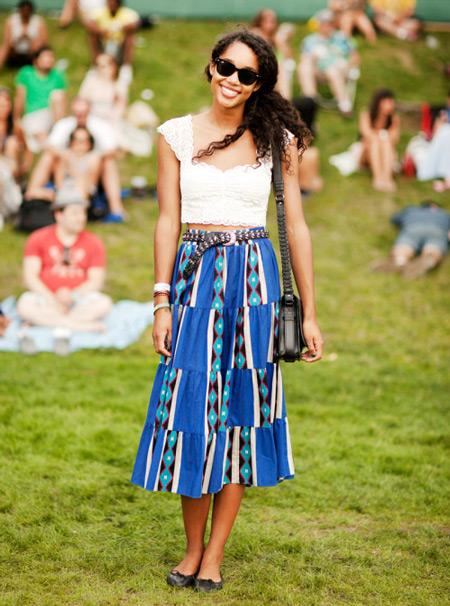 Девушка в белом кроп топе и синей юбке миди