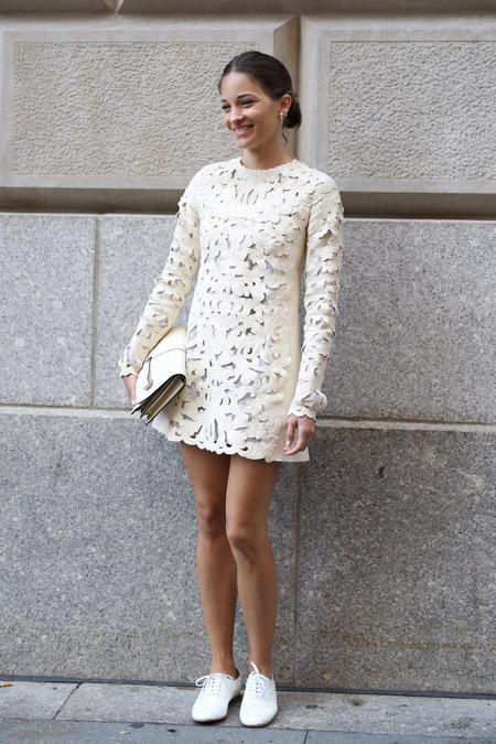 Девушка в белом платье и белых брогах