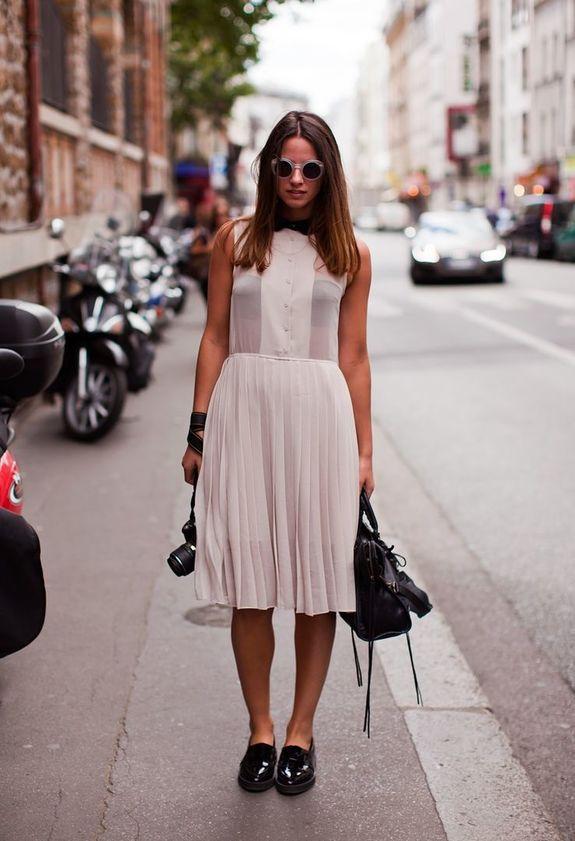 Девушка в белом платье и черных брогах