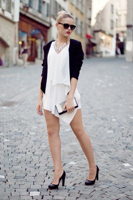 Девушка в белом платье и черных туфлях