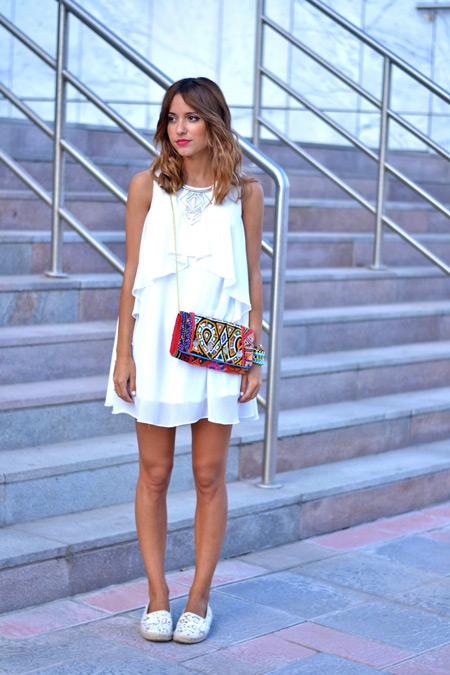 Девушка в белом сарафане и белых слипонах