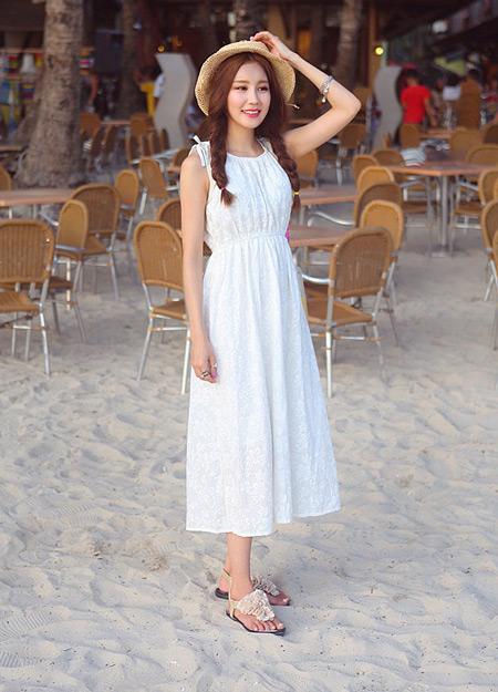 Девушка в белом сарафане и сандалиях