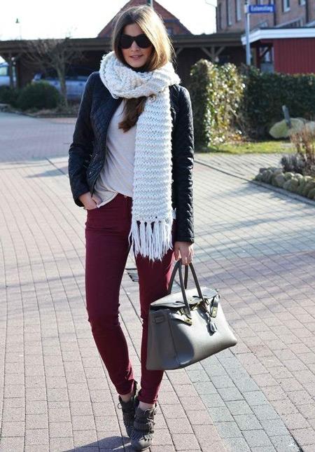 Девушка в белом шарфе и бордовых джинсах