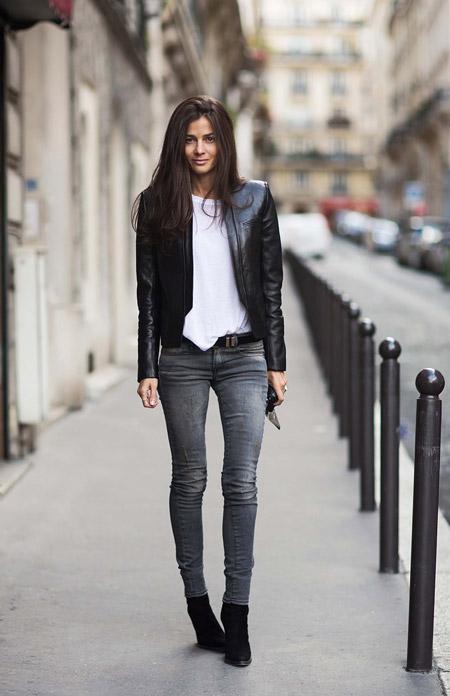 Девушка в белом топе и серых джинсах