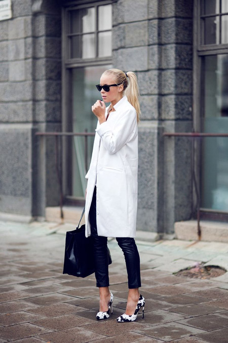 Девушка в белом тренче и черно-белых туфлях