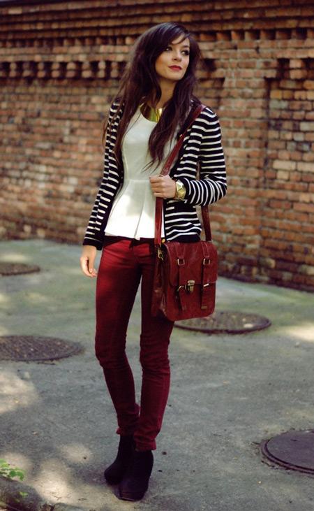 Девушка в белой блузке и бордовых джинсах