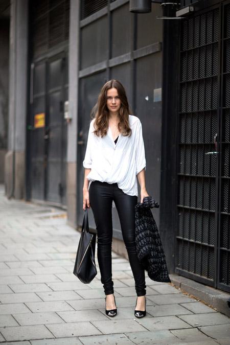 Девушка в белой блузке и черных лодочках