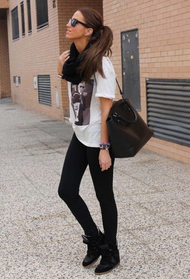 Девушка в белой футболке и черных сникерсах