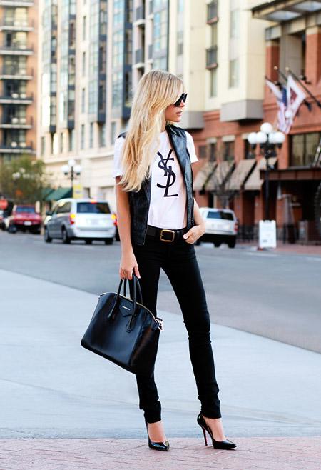 Девушка в белой футболке и лакированных туфлях