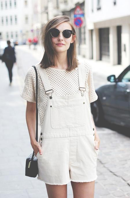 Девушка в белой футболке в черные точки и белом коминезоне