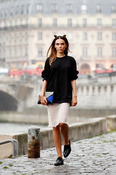 Девушка в белой юбке и брогах