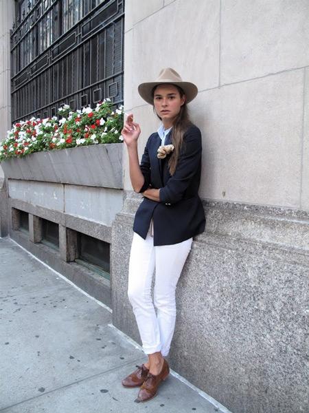 Девушка в белых брюках и коричневых брогах