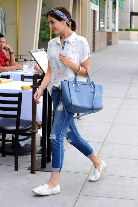 Девушка в белых слипонах и блузке