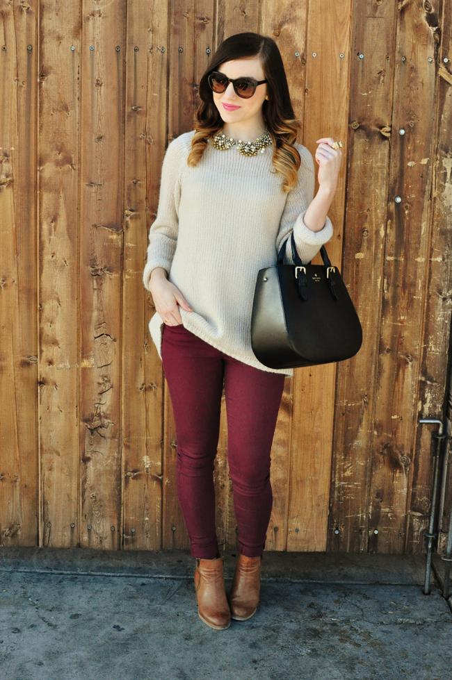 Девушка в бежевом джемпере и бордовых джинсах