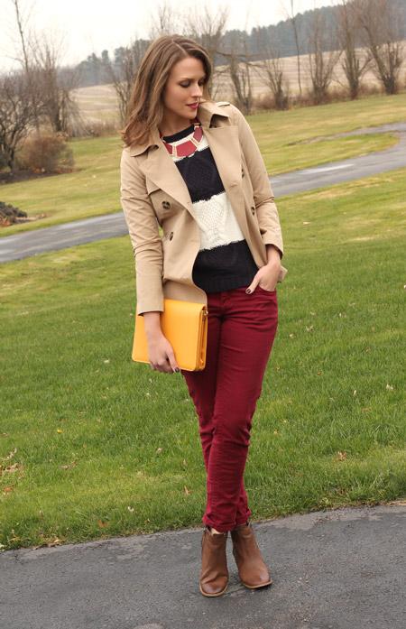 Девушка в бежевом жакете и бордовых джинсах