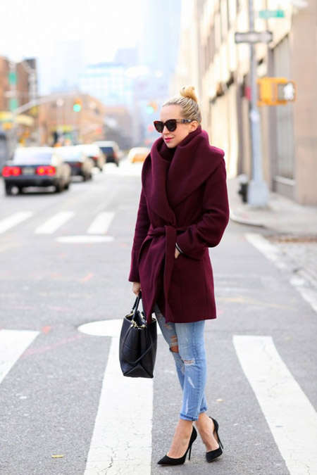 Девушка в бордовом пальто и черных лодочках