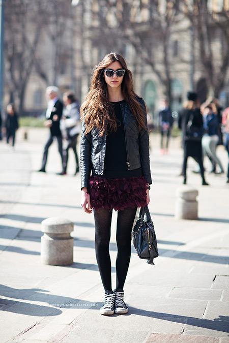 Девушка в бордовой мини юбке, черной куртке, плотные колготки и кеды