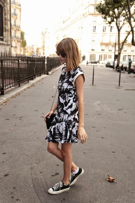 Девушка в черно-белом платье и кедах