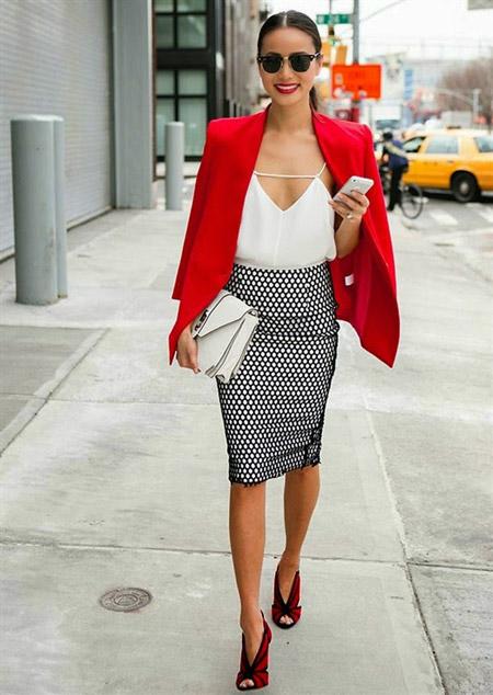Девушка в черно-красных туфлях