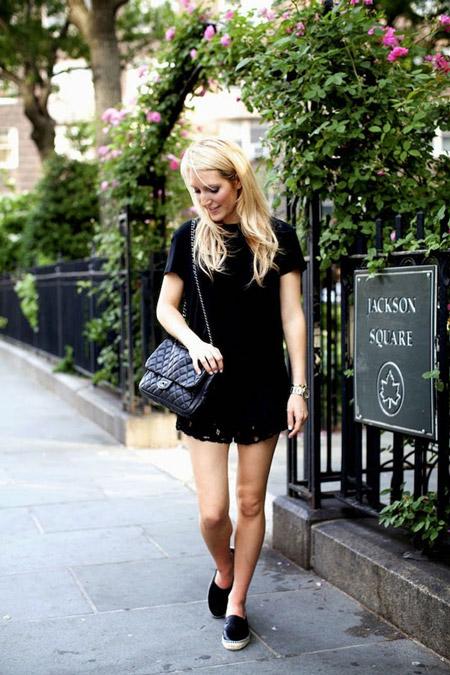 Девушка в черном имни платье, лофферы с белой подошвой и черная сумка