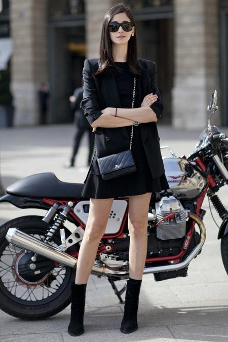 Девушка в черном мини платье, кардиган, ботильоны и маленькая сумочка