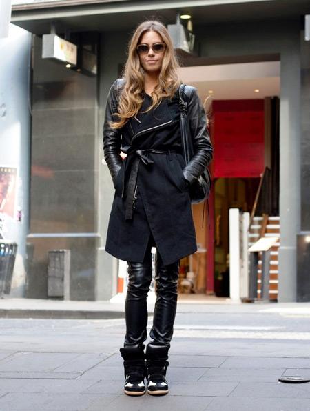 Девушка в черном пальто и сникерсах