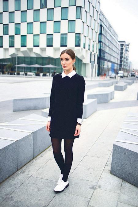 Девушка в черном платье и белых брогах