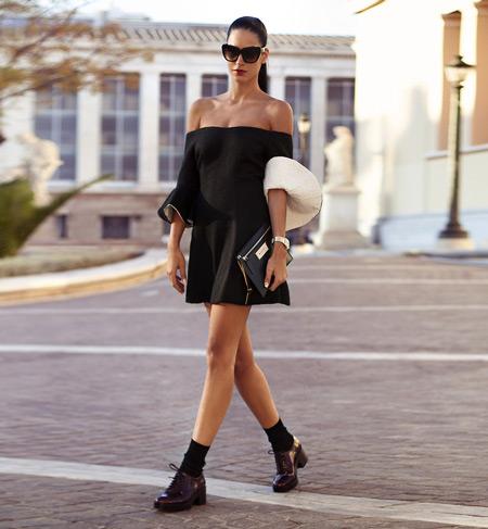 Девушка в черном платье и брогах на каблуке