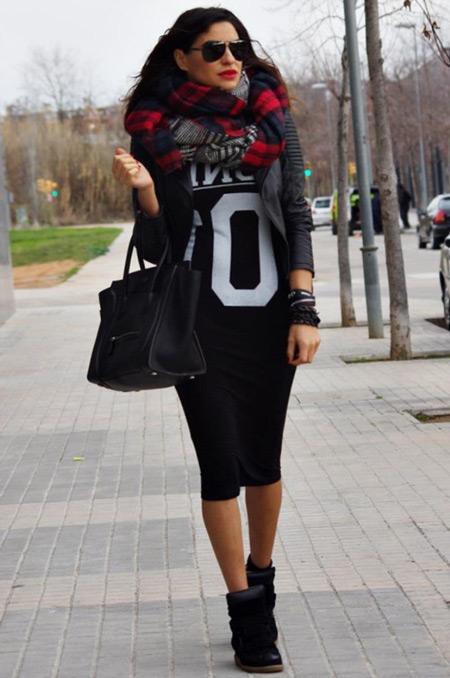 Девушка в черном платье и черных сникерсах