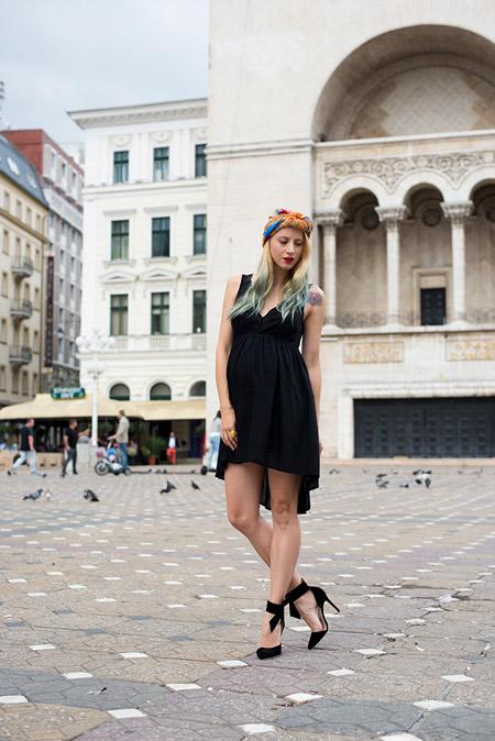 Девушка в черном платье и черных туфлях