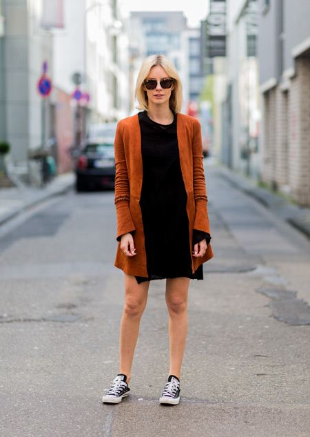 Девушка в черном платье, оранжевый кардиган и кеды