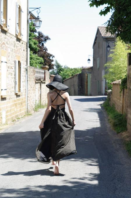 Девушка в черном сарафане и шляпе