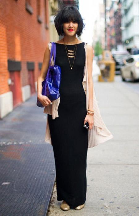 Девушка в черном сарафане и синей сумкой