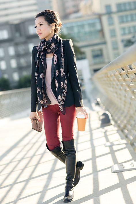 Девушка в черном жакете и бордовых джинсах