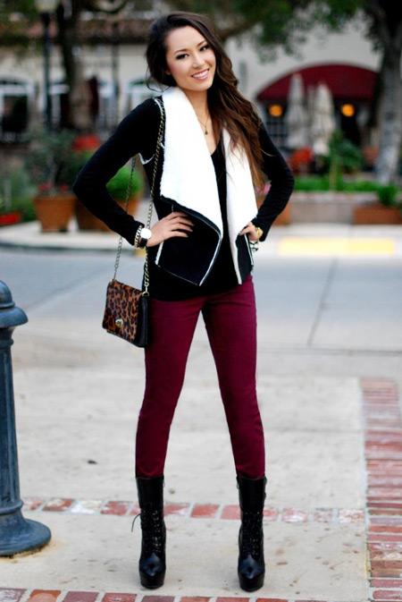 Девушка в черной куртке и бордовых джинсах