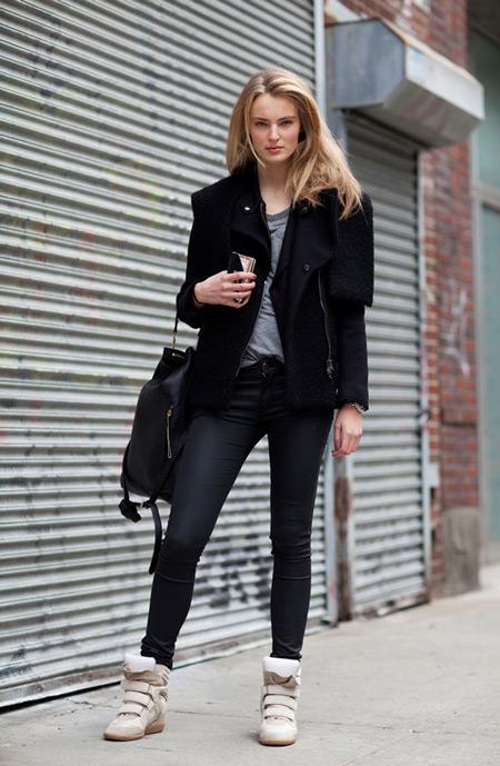 Девушка в черной куртке и сникерсах