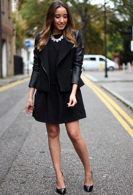Девушка в черной юбке и лакированных туфлях