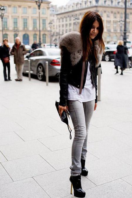 Девушка в черных ботильонах и серых джинсах