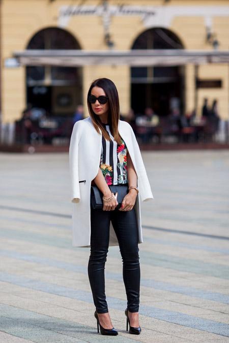 Девушка в черных брюках и черных туфлях на каблуке