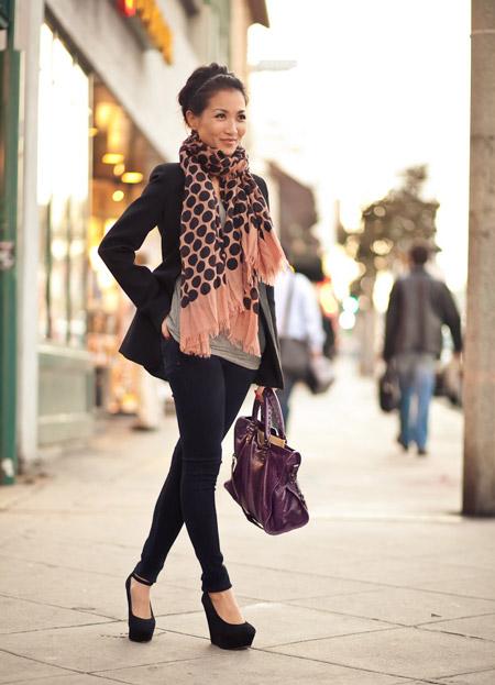 Девушка в черных джинсах и туфлях на танкетке
