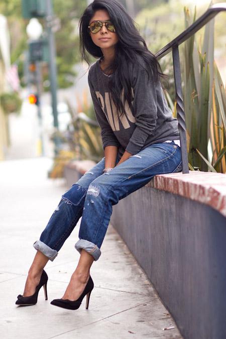 Девушка в черных лодочках и укороченных джинсах