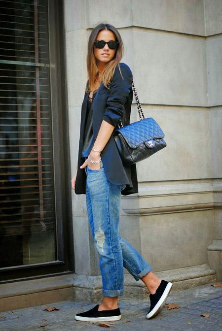 Девушка в черных слипонах и укороченных джинсах