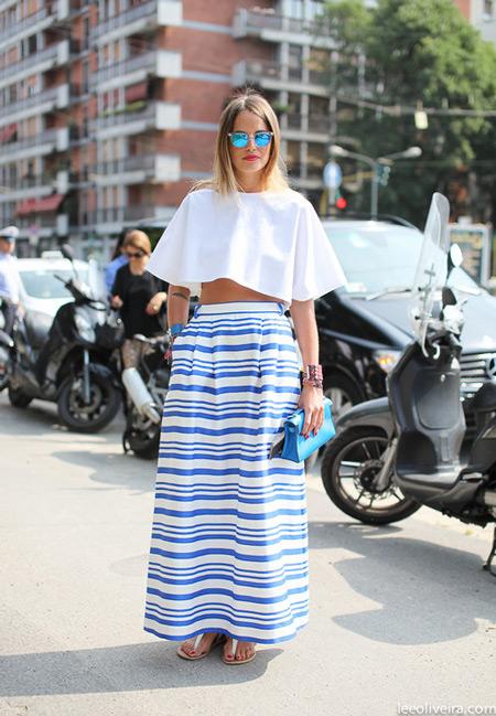 Девушка в длинной юбке в горизонтальную полоску и белом укороченном топе