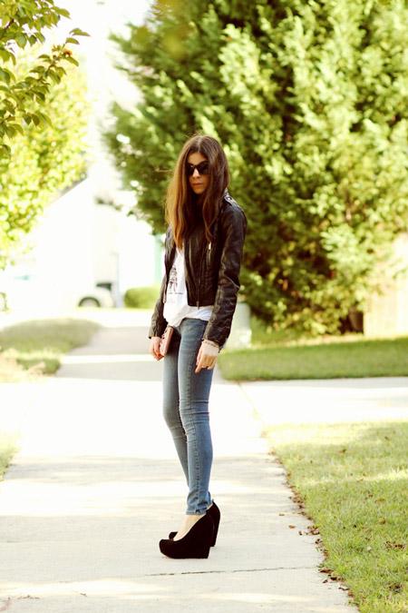 Девушка в джинсах и черных туфлях на танкетке