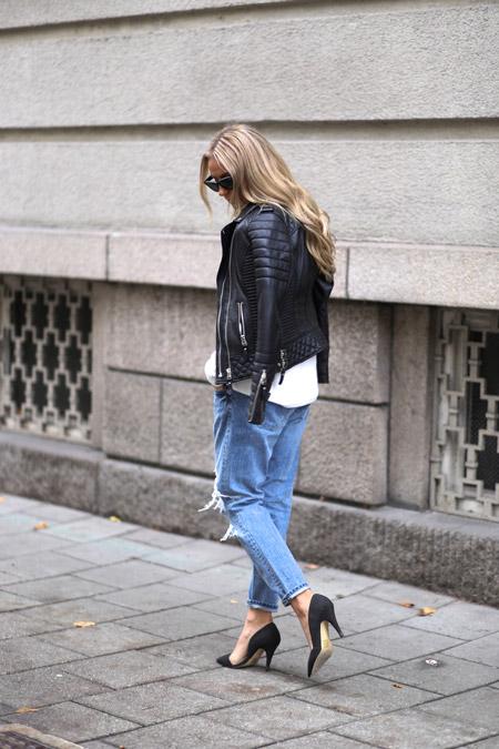 Девушка в джинсах и черных туфлях