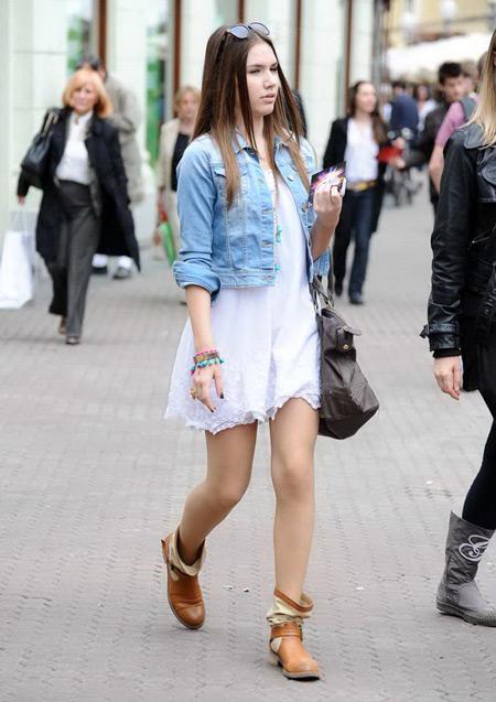 Девушка в джинсовке и рыжих сапогах