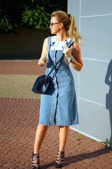 Девушка в джинсовом сарафане и босоножках на каблуке