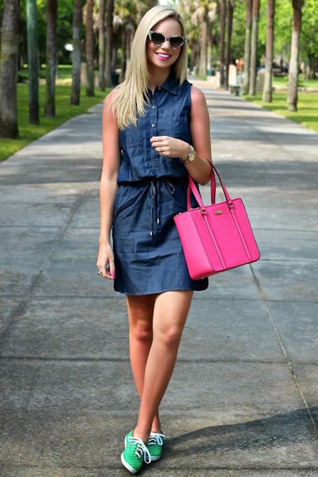Девушка в джинсовом сарафане и с розовой сумкой