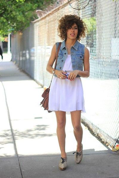 Девушка в джинсовом жилете и белом сарафане