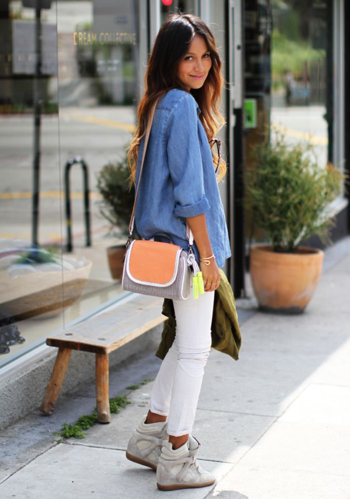 Девушка в джинсовой рубашке и сникерсах